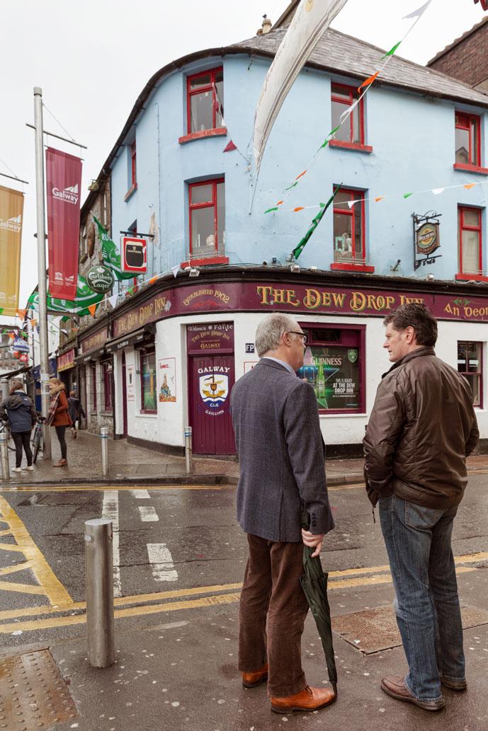 Irlandais discutant au coin d'une rue